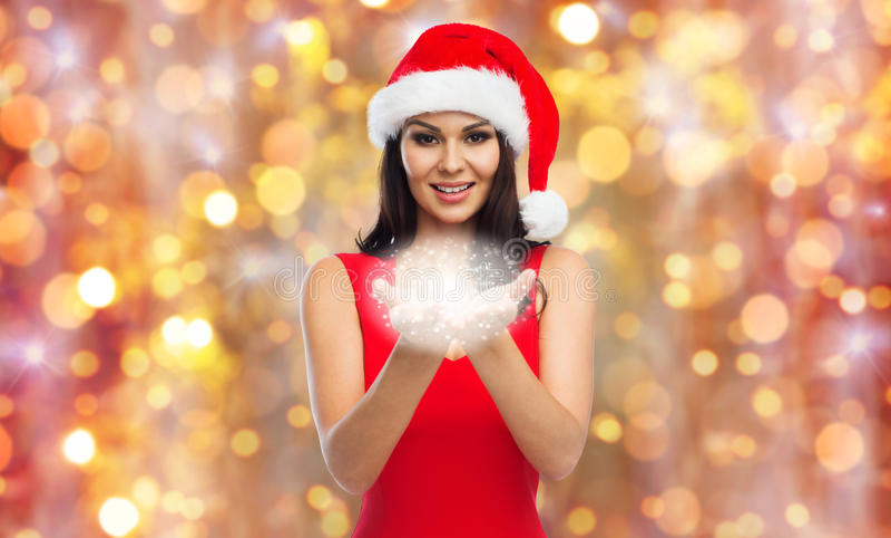 Mooie sexy vrouw in santahoed met feestof stock fotografie