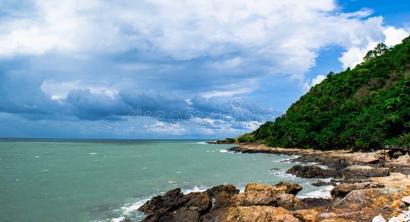 Mooie skyclouds over seabeach en de grote steen op strand in Khao Lam Ya, Rayong-provincie Oostelijk van Thailand royalty-vrije stock foto's