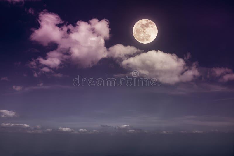 Mooie Skyscape Landschap van nachthemel met wolken en heldere volle maan De achtergrond van de sereniteitsaard, openlucht bij nac stock foto