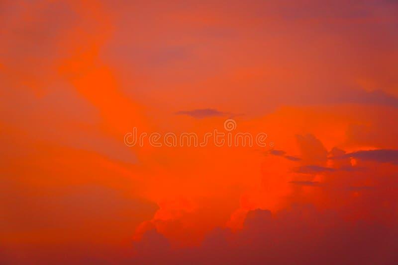 Mooie Skyscape-wolkenachtergrond met blauwe en oranje de zomervakantie stock afbeelding