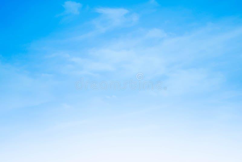 Mooie Skyscape-wolkenachtergrond met blauwe en oranje de zomervakantie royalty-vrije stock fotografie