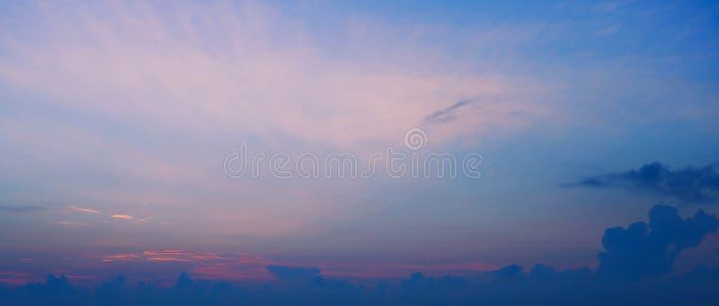 Mooie Skyscape-wolkenachtergrond met blauwe en oranje de zomervakantie royalty-vrije stock afbeelding