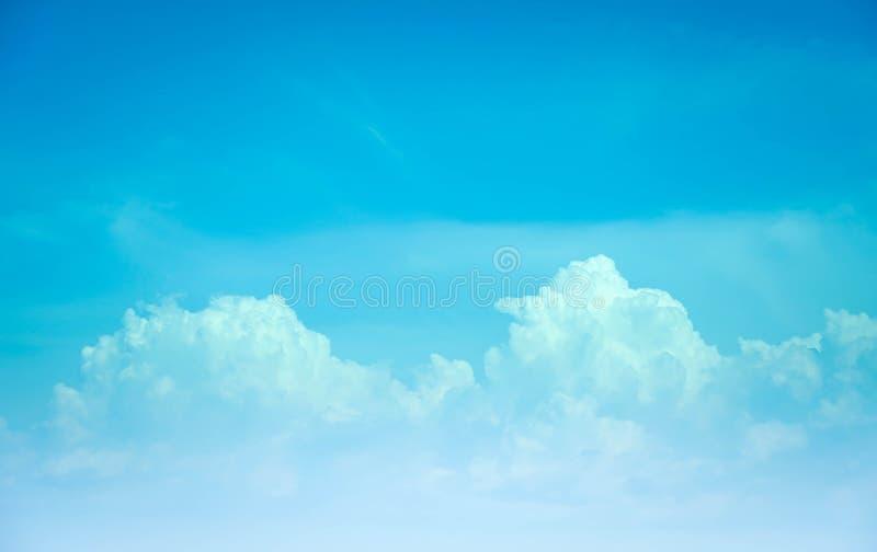 Mooie Skyscape-wolkenachtergrond met de blauwe en oranje zomer royalty-vrije stock foto's