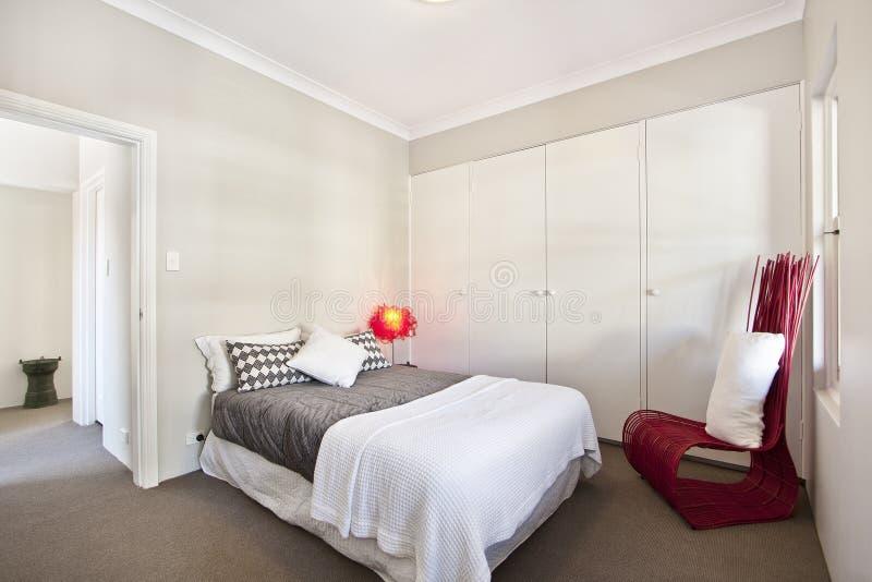 Mooie Slaapkamer Met Een Groot Bed Stock Foto - Afbeelding bestaande ...