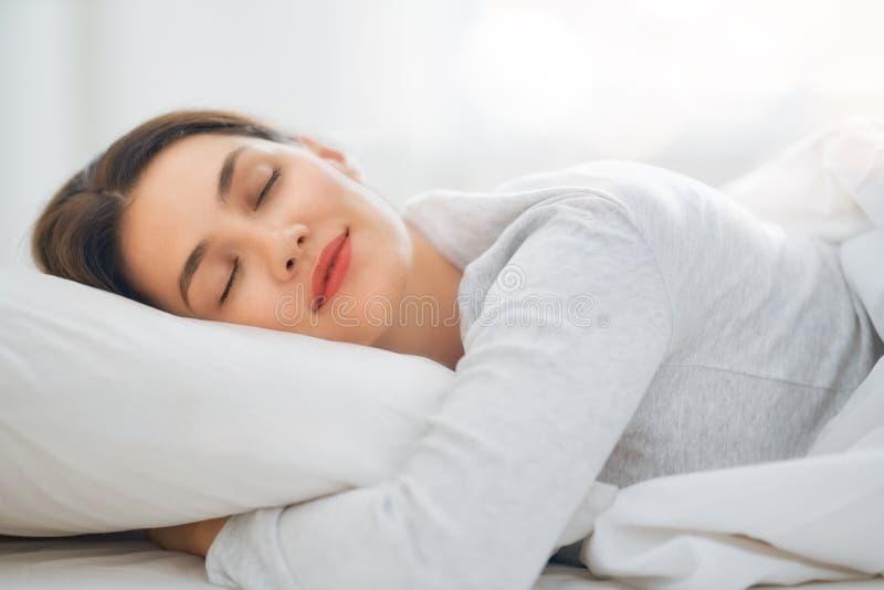 Mooie slaapvrouw stock afbeelding