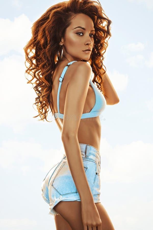 Mooie slanke vrouw in bikini en borrels royalty-vrije stock afbeeldingen