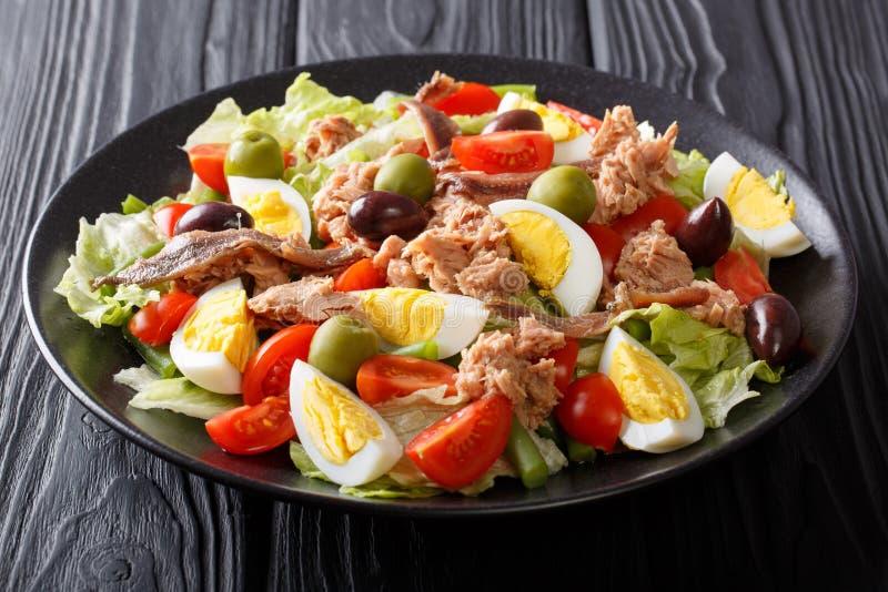 Mooie smakelijke traditioneel nicoise salade met vissentonijn en anc stock afbeeldingen