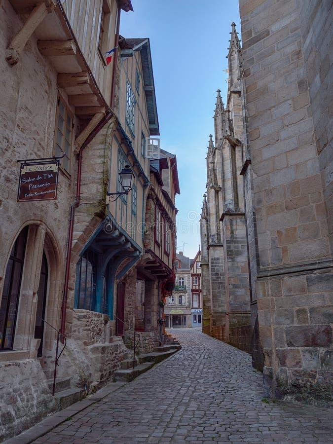 Mooie smalle straat van het historische centrum van Vannes, met beroemde hout ontworpen huizen stock afbeelding