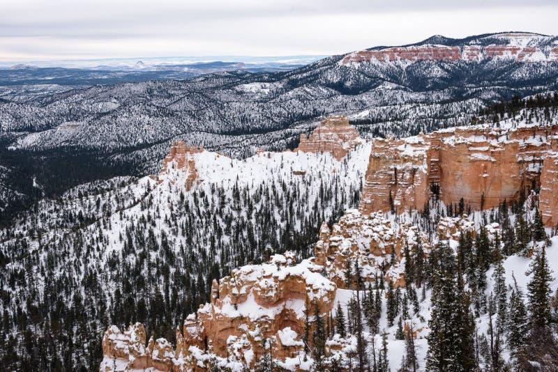 Mooie sneeuw bedekte bergen tijdens de vrieswinterperiode in Bryce Canyon National Park, Utah, Verenigde Staten van Amerika stock fotografie