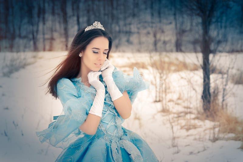 Mooie Sneeuwkoningin in de Winterdecor royalty-vrije stock afbeeldingen