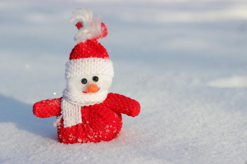 Mooie sneeuwman op sneeuw stock afbeelding