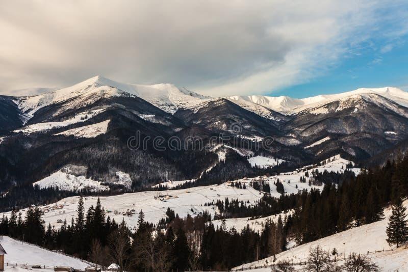 Mooie snow-capped bergen stock afbeeldingen