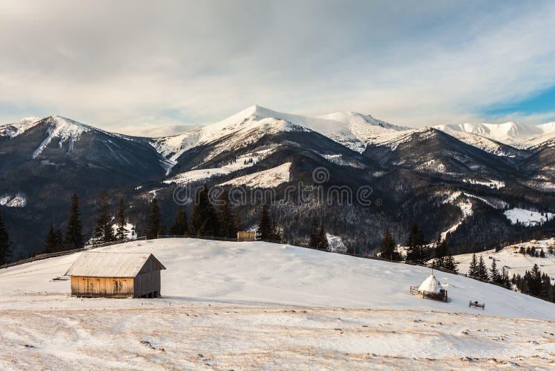 Mooie snow-capped bergen royalty-vrije stock afbeelding
