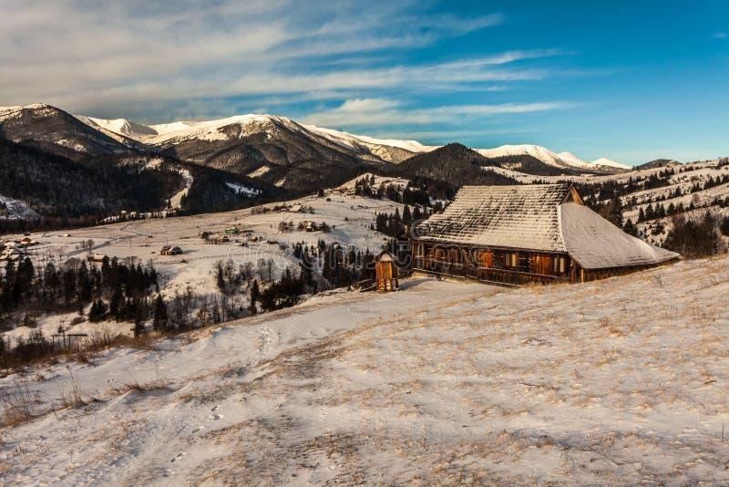 Mooie snow-capped bergen stock foto's
