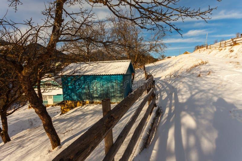Mooie snow-capped bergen stock fotografie