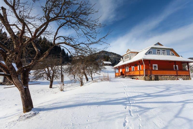 Mooie snow-capped bergen stock afbeelding