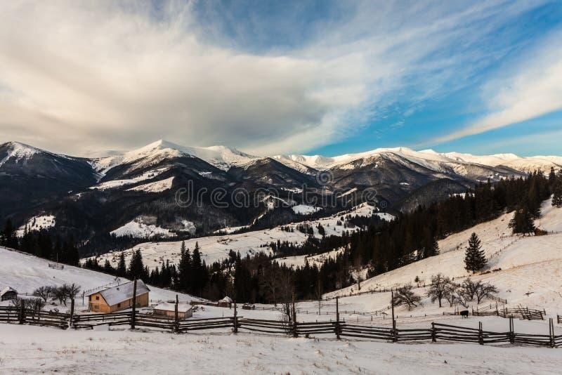 Mooie snow-capped bergen royalty-vrije stock afbeeldingen