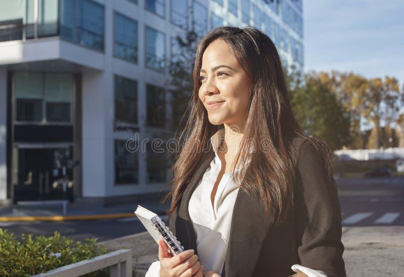 Mooie Spaanse bedrijfsvrouw in openlucht royalty-vrije stock foto