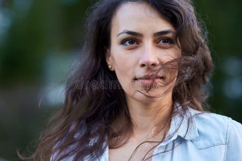Mooie Spaanse jonge vrouw stock afbeeldingen