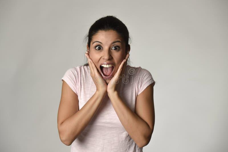 Mooie Spaanse verraste die in gelukkige schok en verrassing wordt verbaasd en opgewekte vrouw stock fotografie