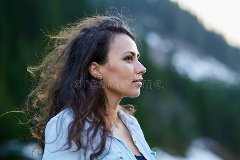 Mooie Spaanse vrouw openlucht royalty-vrije stock afbeeldingen