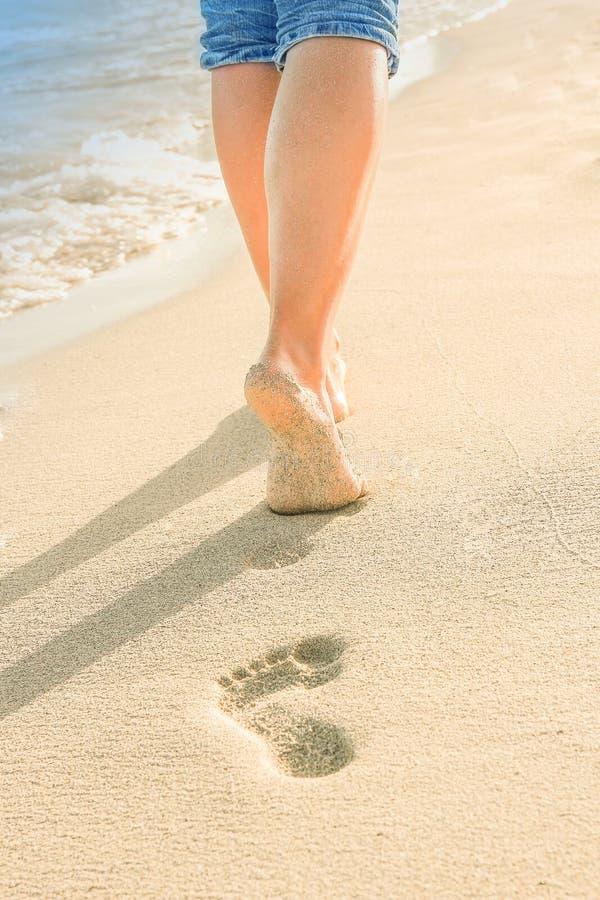 Mooie sporen met voeten dichtbij het overzees op aardachtergrond royalty-vrije stock foto's