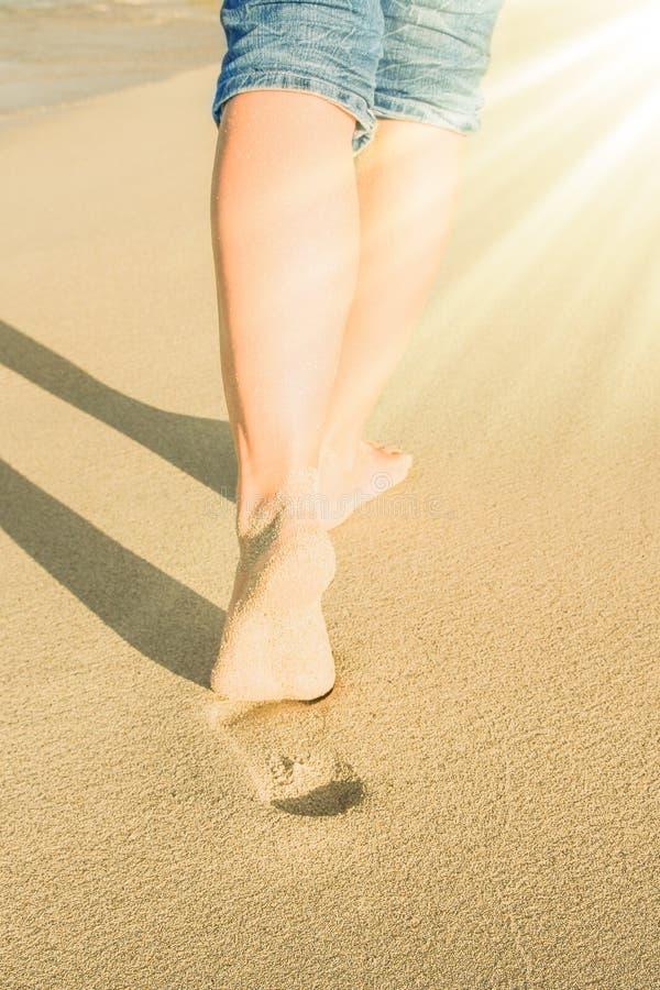 Mooie sporen met voeten dichtbij het overzees op aardachtergrond royalty-vrije stock afbeelding