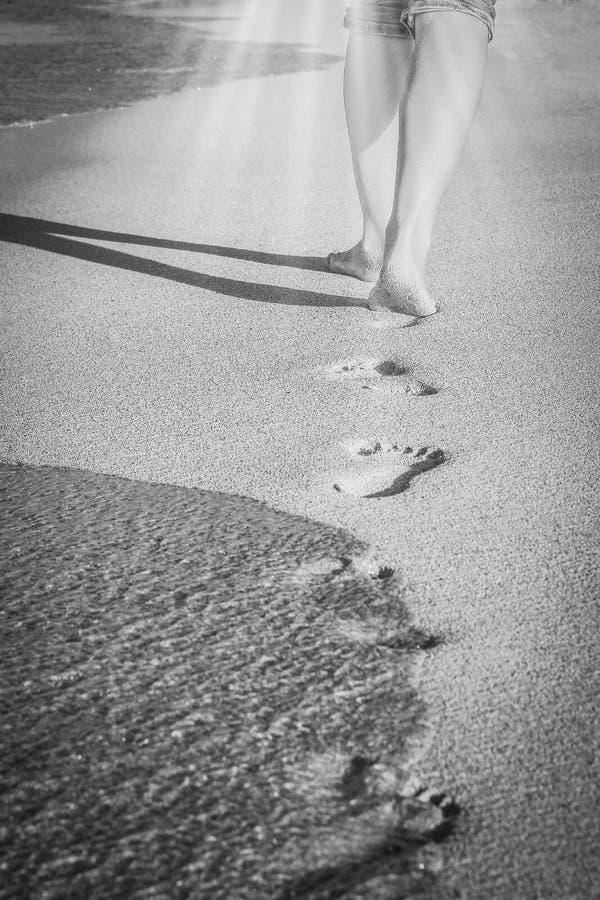 Mooie sporen met voeten dichtbij het overzees op aardachtergrond stock afbeeldingen