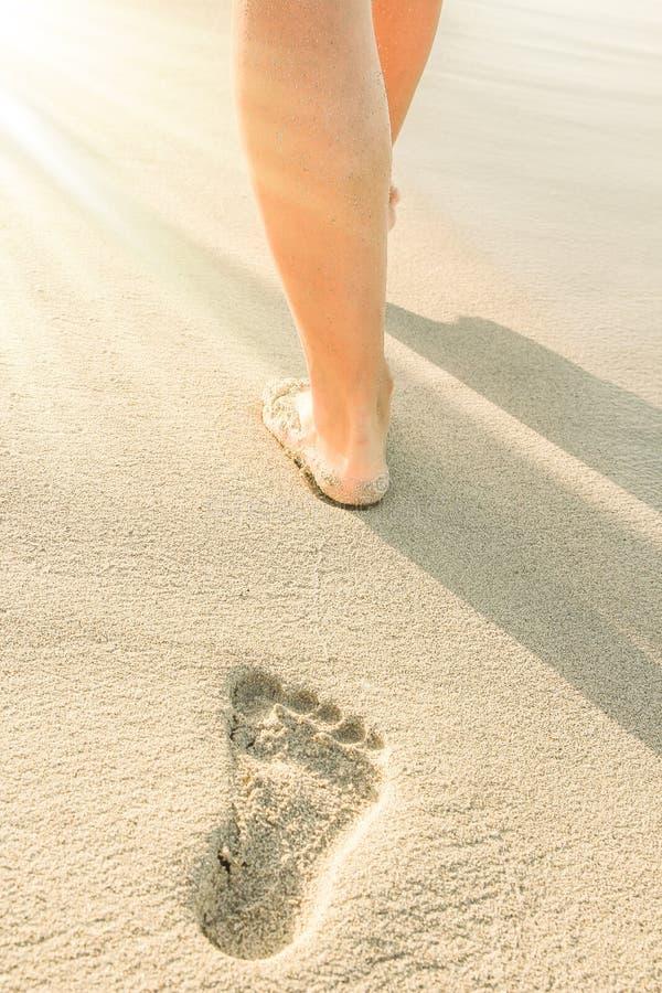 Mooie sporen met voeten dichtbij het overzees op aardachtergrond stock fotografie