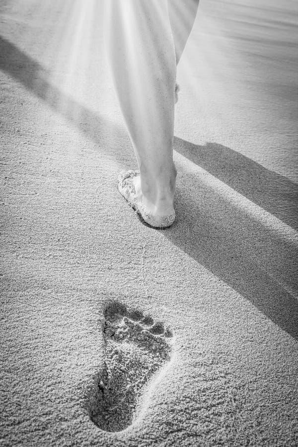 Mooie sporen met voeten dichtbij het overzees op aardachtergrond stock afbeelding