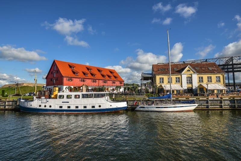 Mooie sportjachten, toeristenveerboten en schepen op Deenrivier, Klaipeda, Litouwen De zomermening over Deenrivier royalty-vrije stock afbeeldingen