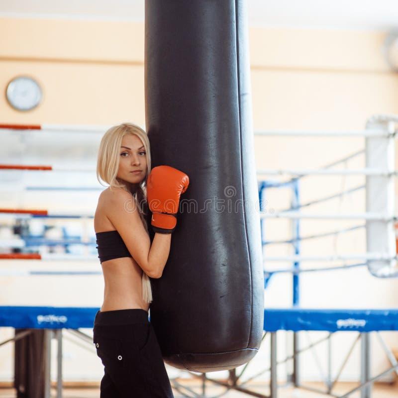 Mooie sportvrouw met bokshandschoenen royalty-vrije stock afbeelding