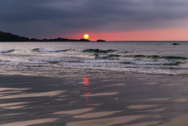 Mooie St Ives Sunset op Porthmeor-Strand Cornwall stock foto