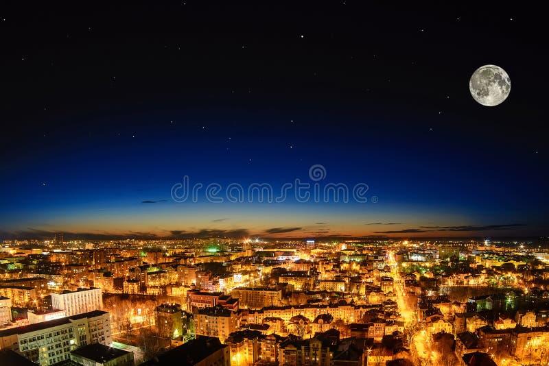 Mooie stad bij nacht van de volle maan royalty-vrije stock foto's