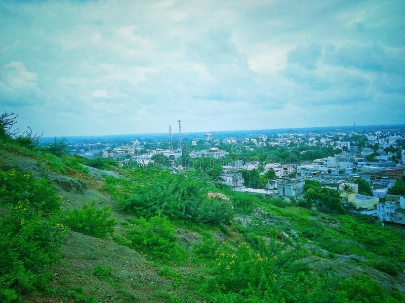 Mooie stad en berg landscap royalty-vrije stock afbeeldingen