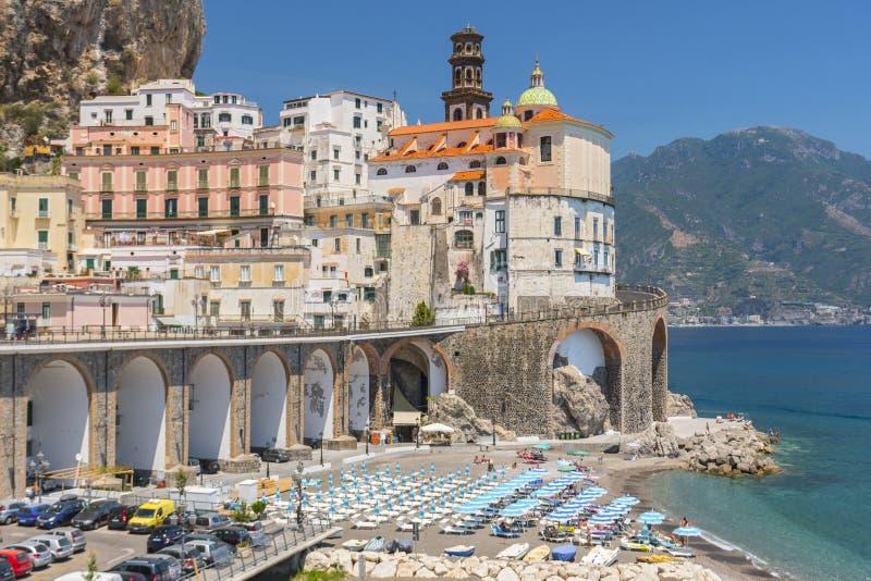 Mooie stad van Atrani bij beroemde Amalfi Kust met Golf van Salerno, Campania, Italië royalty-vrije stock foto
