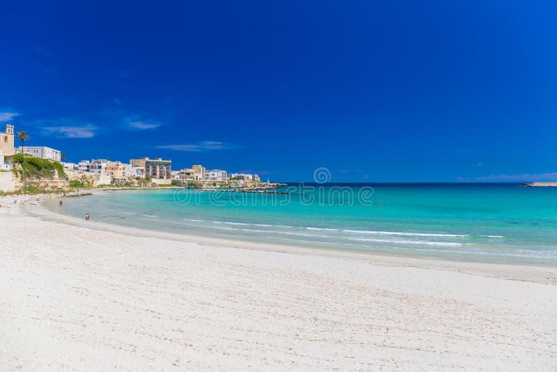 Mooie stad van Otranto en zijn strand, Salento-schiereiland, het gebied van Puglia, Italië stock foto