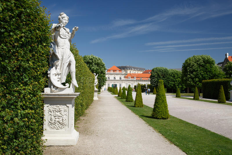 Mooie standbeelden in de tuin van het lagere Belvedere Paleis V stock afbeelding