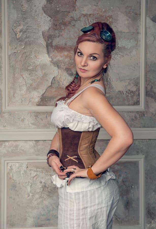 Mooie steampunkvrouw met roze haar stock afbeelding