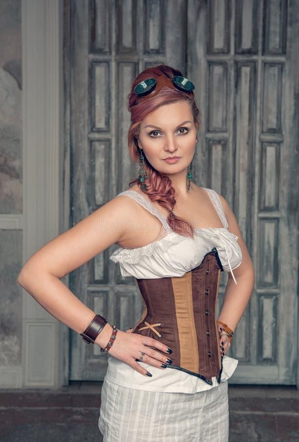 Mooie steampunkvrouw met roze haar royalty-vrije stock afbeeldingen
