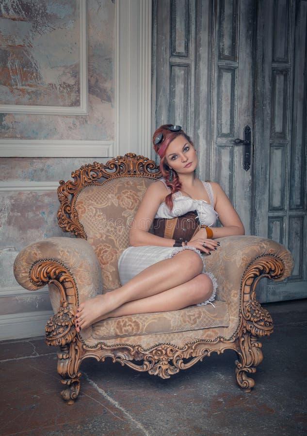 Mooie steampunkvrouw op de leunstoel royalty-vrije stock afbeeldingen