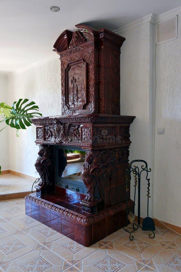 Mooie steen decoratieve open haard met een lepel en borstel voor het schoonmaken van steenkolen stock afbeeldingen