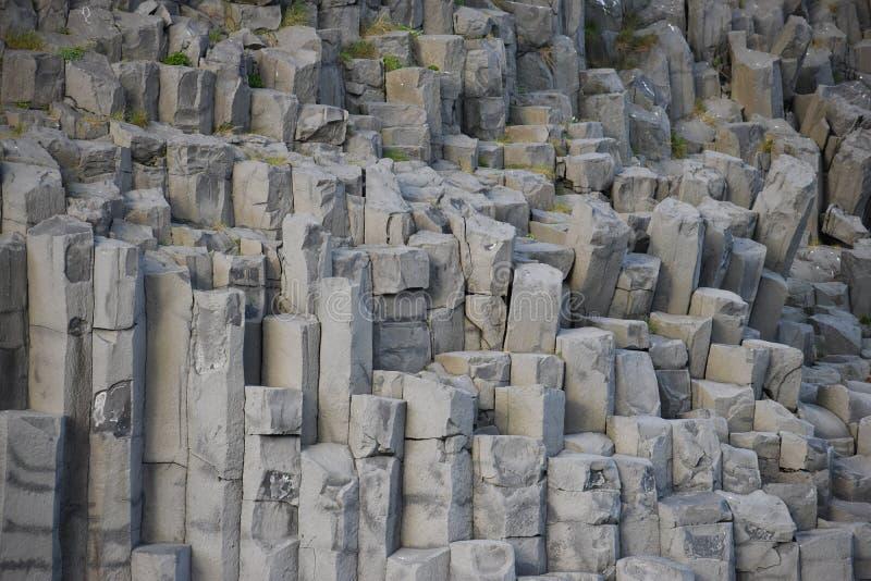 Mooie steenkolommen bij het Reynishverfi-Strand met zwart zand in Vik in IJsland stock foto's