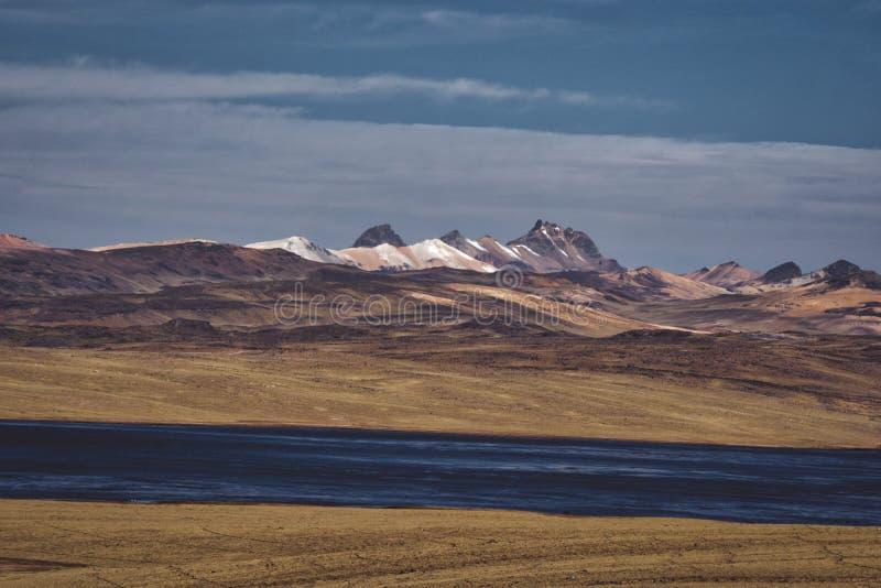 Mooie steppe en verre bergen stock foto's