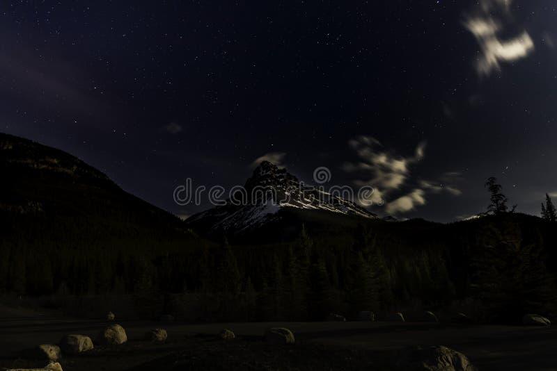 Mooie ster gevulde hemel boven Rocky Mountains stock afbeeldingen