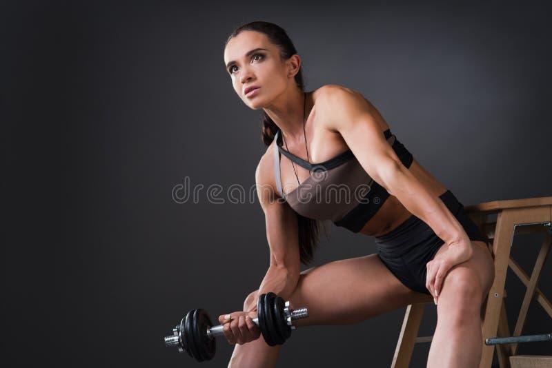 Mooie sterke vrouwelijke atletenbodybuilder met grote spierendoi royalty-vrije stock foto's