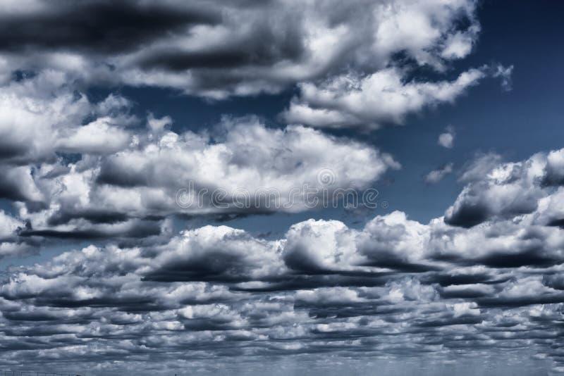 Mooie stormachtige wolken met blauwe hemelachtergrond Aardweer, dramatische onweerswolken stock fotografie