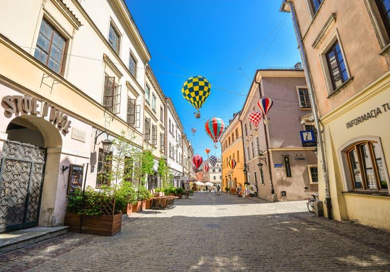 Mooie straat en oude heldere gebouwen in de oude stad van Lublin, Polen stock foto