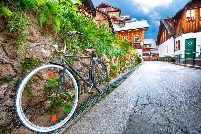 Mooie straat in Hallstatt-dorp in Oostenrijkse Alpen De herfst l stock afbeelding