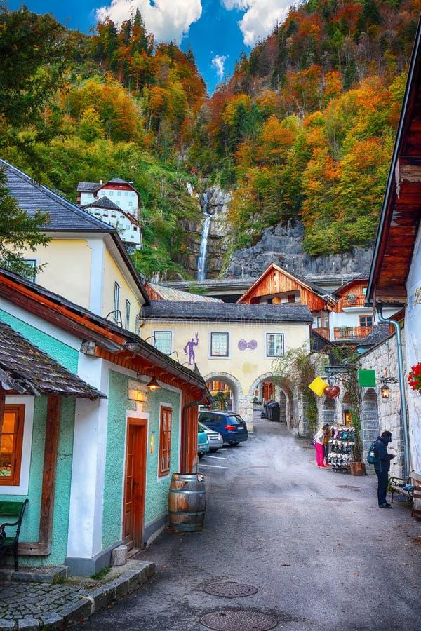Mooie straat in Hallstatt-dorp in Oostenrijkse Alpen De herfst l royalty-vrije stock foto's